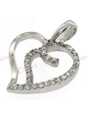 Ασημένιο μενταγιόν, στολισμένο με άσπρες πέτρες ζιργκόν, σε σχέδιο καρδιά